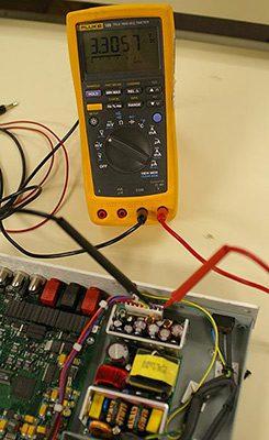 اندازهگیری خروجی 3.3V وقتی که منبع توان تحت بارقرار دارد.