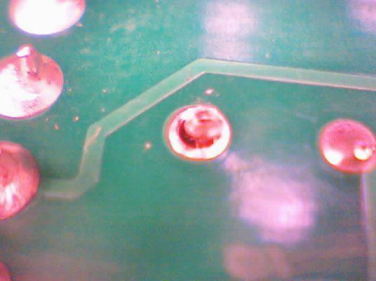 اتصال لحیمی شکسته در خازنی که به PCB هدایت میشود